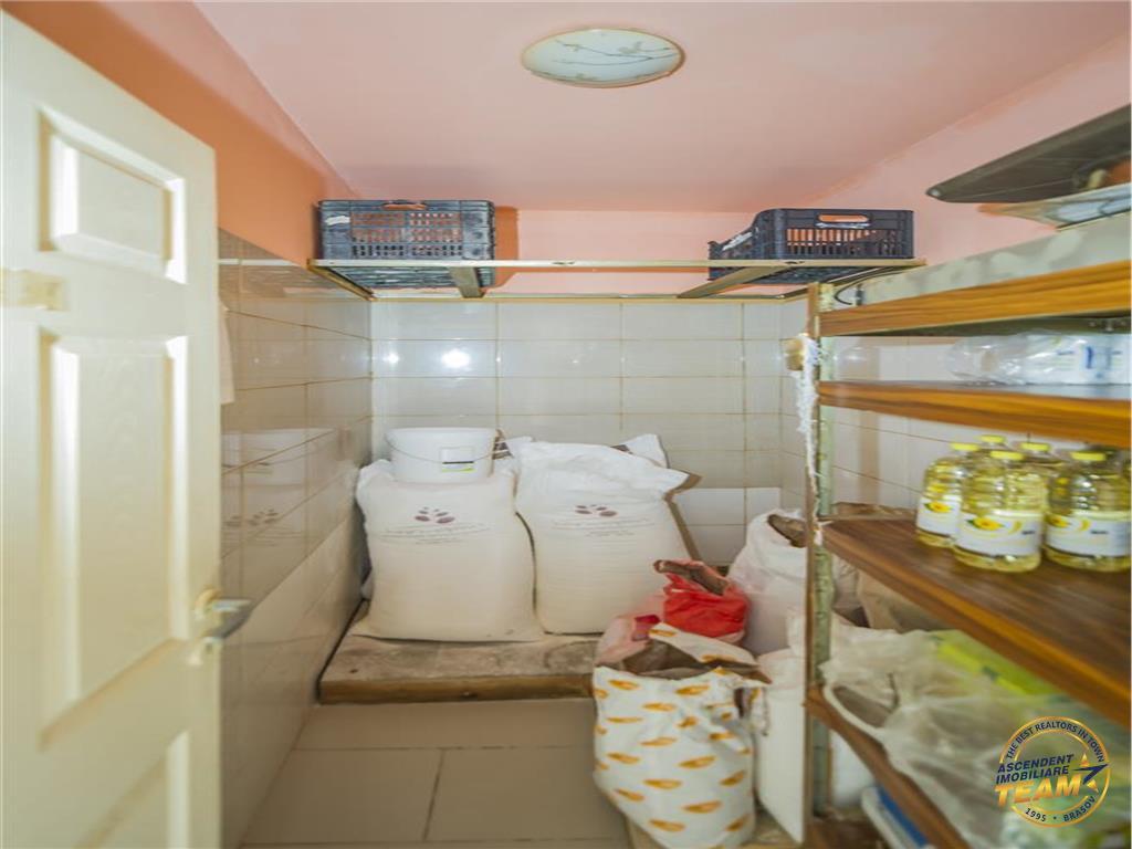 Spatiu comercial + casa singura in curte, gradina, Brasov.