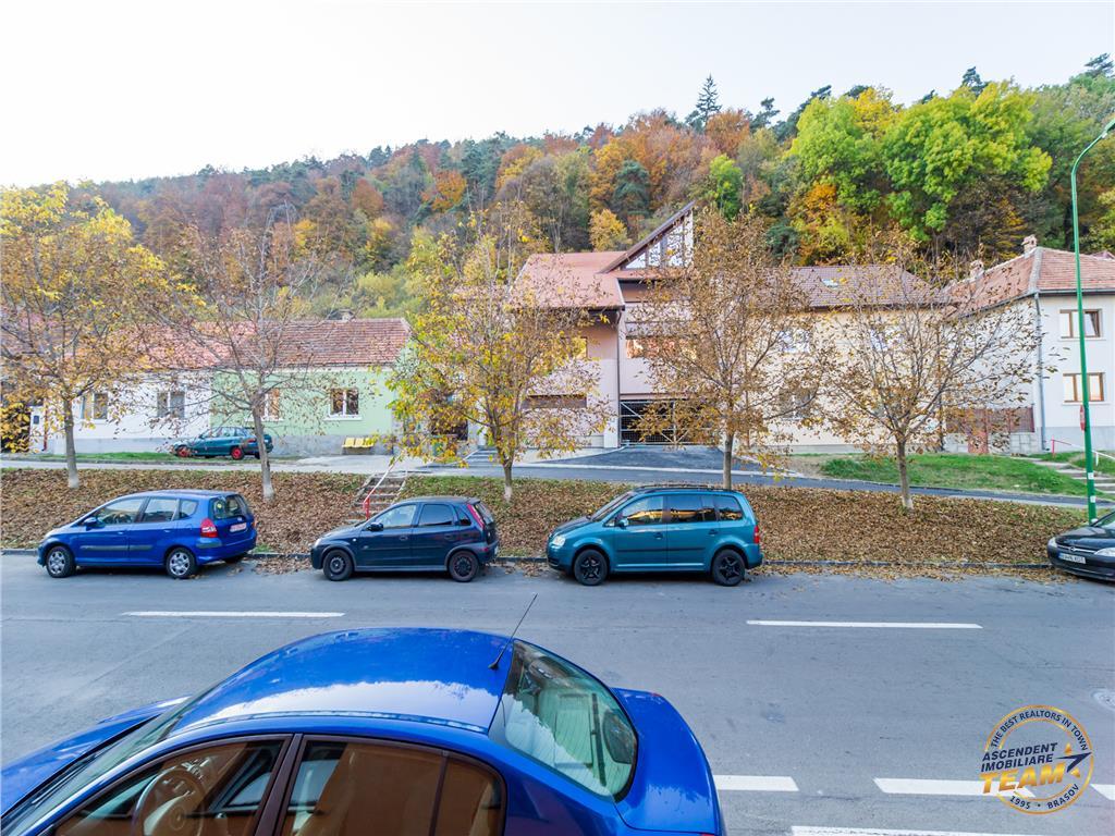 Casa pitoreasca in zona Schei, rasfatata de alaiul junilor Brasovului.