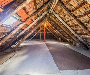 OFERTA TRANZACTIONATA!!! Casa singura in curte, zona de case, cu garaj si gradina, Central