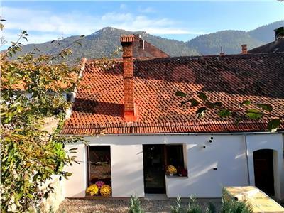 Corp casa primitor, cu gradina bogata, proprie si peisaj apreciat