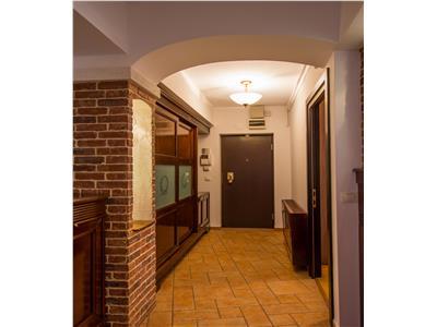 Proprietate SEMILUX, imbratisata de terase, garaj,Central