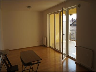 Apartament spatios cu trei camere nemobilat in zona centrala,Brasov.
